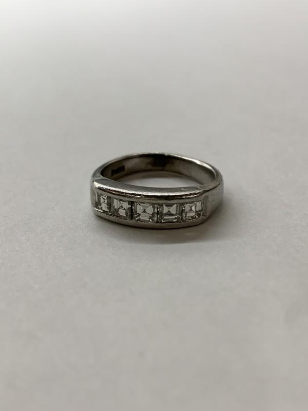 ダイヤモンドの一文字の指輪