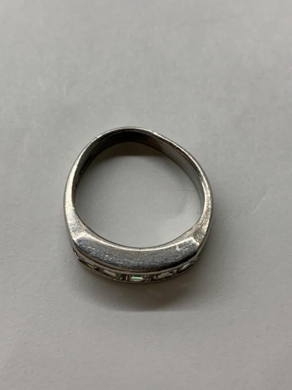 変形したダイヤモンドの指輪