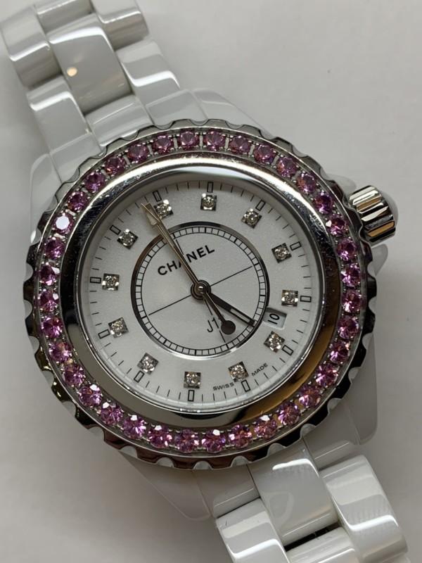 シャネルJ12ピンクサファイヤベゼルの腕時計
