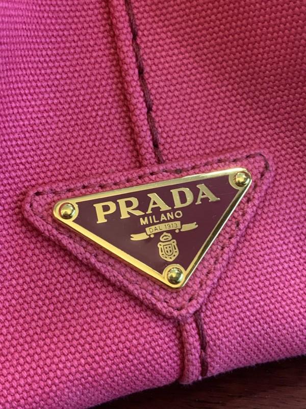 プラダ 三角プレート ロゴ