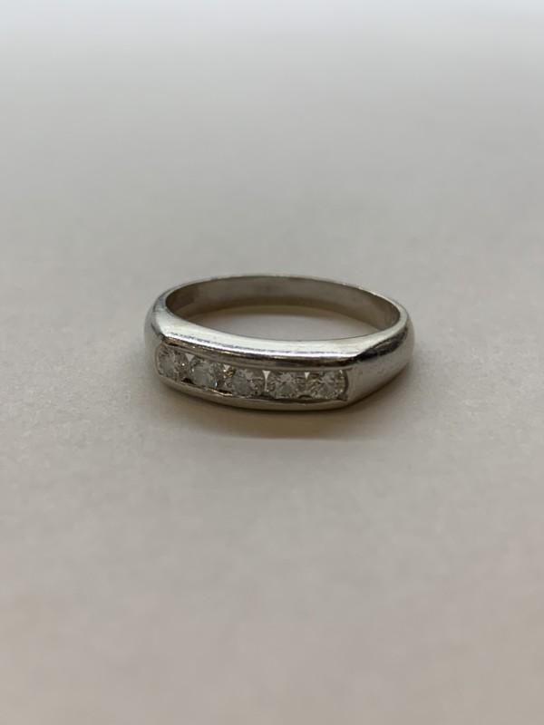 ダイヤモンドの一文字のリング