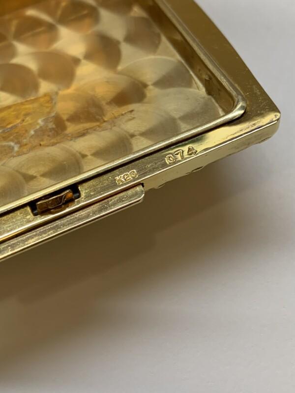 20金製の豪華なコンパクト