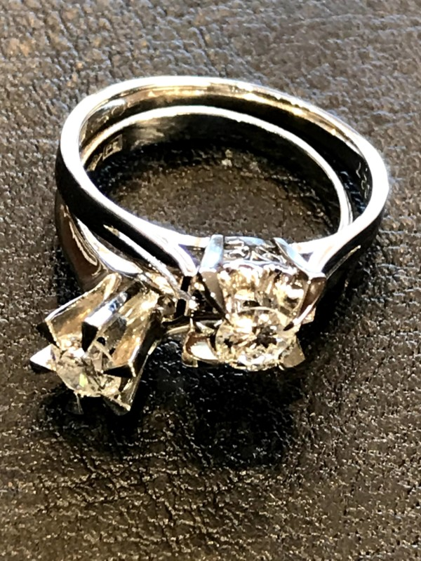 古いプラチナの立て爪のダイヤモンドリング