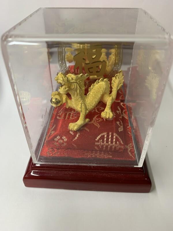 台湾 金製の宝珠を掴んだ龍の置物