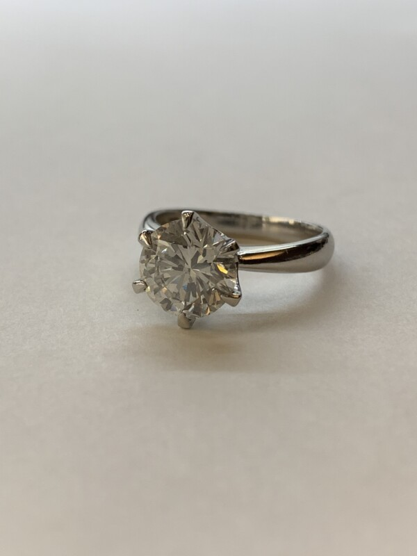 2カラット以上あるダイヤモンドのエンゲージリング