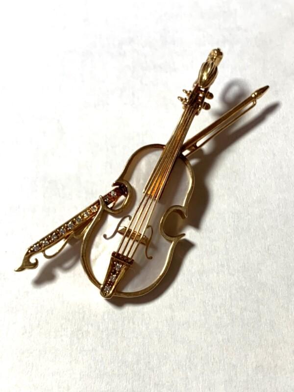 18金とシェルの楽器のブローチ